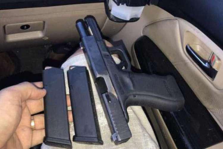 Uma pistola calibre .40 foi encontrada com
