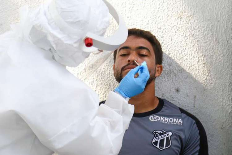 Felipe Silva, meia do Alvinegro, passando pelos teste RT-PCR (Foto: Felipe Santos/Ceará )