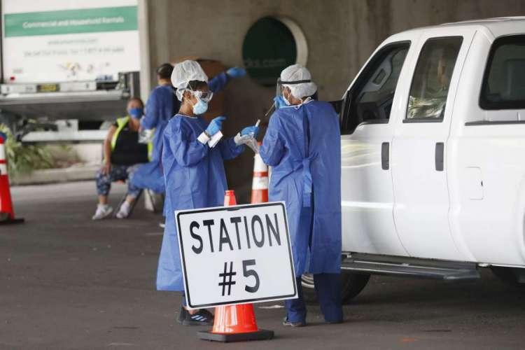 Trabalhadores da saúde testam pacientes no local de testes de drive-thru da Covid-19 em São Petersburgo, Flórida (Foto: Octavio Jones/Getty Images/AFP)