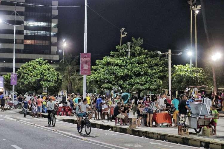 Aglomerações e ausência de máscaras são registradas na Praia de Iracema neste domingo, 12 (Foto: Aurélio Alves)