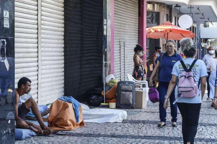 FORTALEZA, CE, 13-07-2020: ONGs relatam que casos de covid-19 sao mais frequentes em pessoas em situacao de rua. As fotos destacam as condicoes de vida de quem vive na Praca do Ferreira no contexto da pandmeia. Praca do Ferreira, Centro, Fortaleza. (BARBARA MOIRA/ O POVO)................................ (Foto: Barbara Moira)