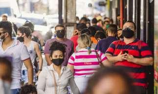 FORTALEZA-CE, BRASIL, 15-07-2020: Movimentação de pessoas no centro da cidade e na Praça do Ferreira, com grande movimentação de carros e motos, em epoca de COVID-19. (Foto: Aurélio Alves / O Povo)