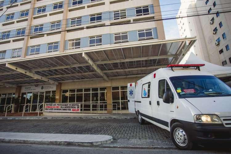 Movimentação no Hospital Leonardo da Vinci, com chegada de ambulâncias (Foto: Aurelio Alves/ O POVO)