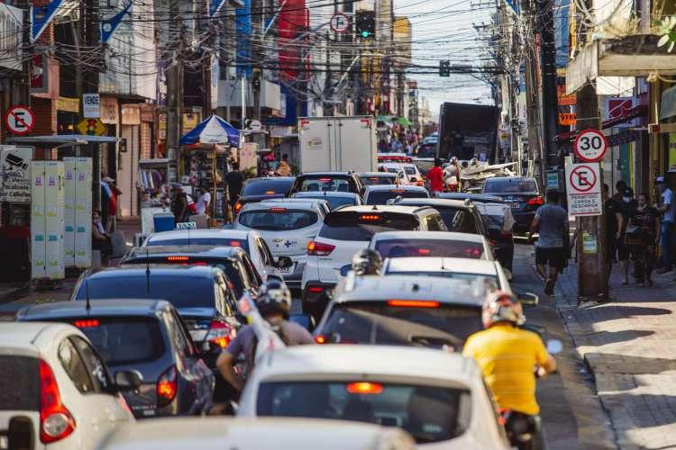 Movimentação de pessoas no centro da cidade e na Praça do Ferreira, com grande movimentação de carros e motos, em época de Covid-19. (Foto: Aurélio Alves / O Povo) (Foto: Aurelio Alves/ O POVO)