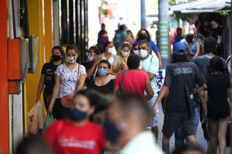 Nas últimas 24h Brasil contabilizou 24.818 novos casos de Covid-19 e 566 mortes pela doença (Foto: Fabio Lima / O POVO)