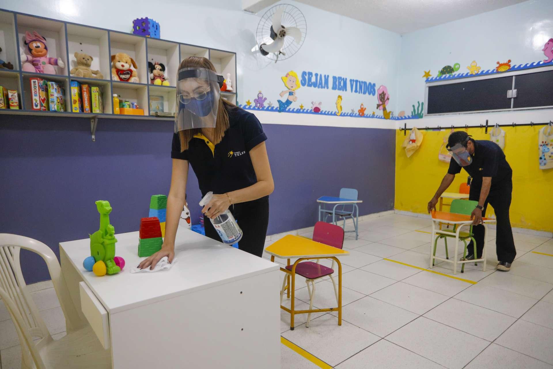 COLÉGIO TELES, no bairro Passaré: distanciamento marcado por adesivos e outras medidas de biossegurança