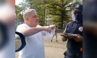 Desembargador Eduardo Siqueira no momento em que rasgava a multa aplicada pela Guarda Municipal de Santos