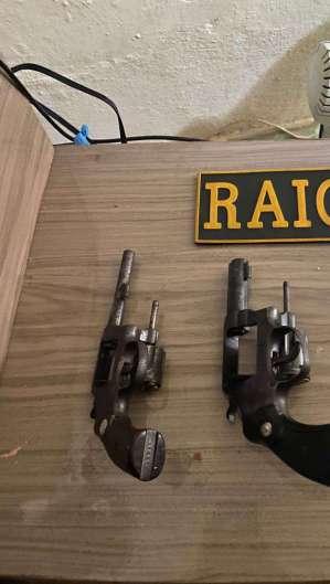 Armas apreendidas com a dupla suspeita do latrocínio (Foto: divulgação/CPRaio )