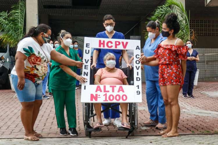 Maria José da Silva Barbosa, 77 anos, foi aplaudida ao deixar o Estadio Presidente Vargas. Ela foi a milésima paciente a ter alta do hospital de campanha, em 20 de julho (Foto: Barbara Moira)