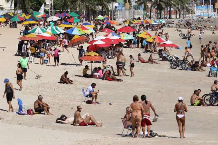Movimentação de pessoas na Praia de Iracema, entre os espigões da Rui Barbosa e da João Cordeiro neste domingo, 19 de julho (Foto: Fabio Lima/O POVO)