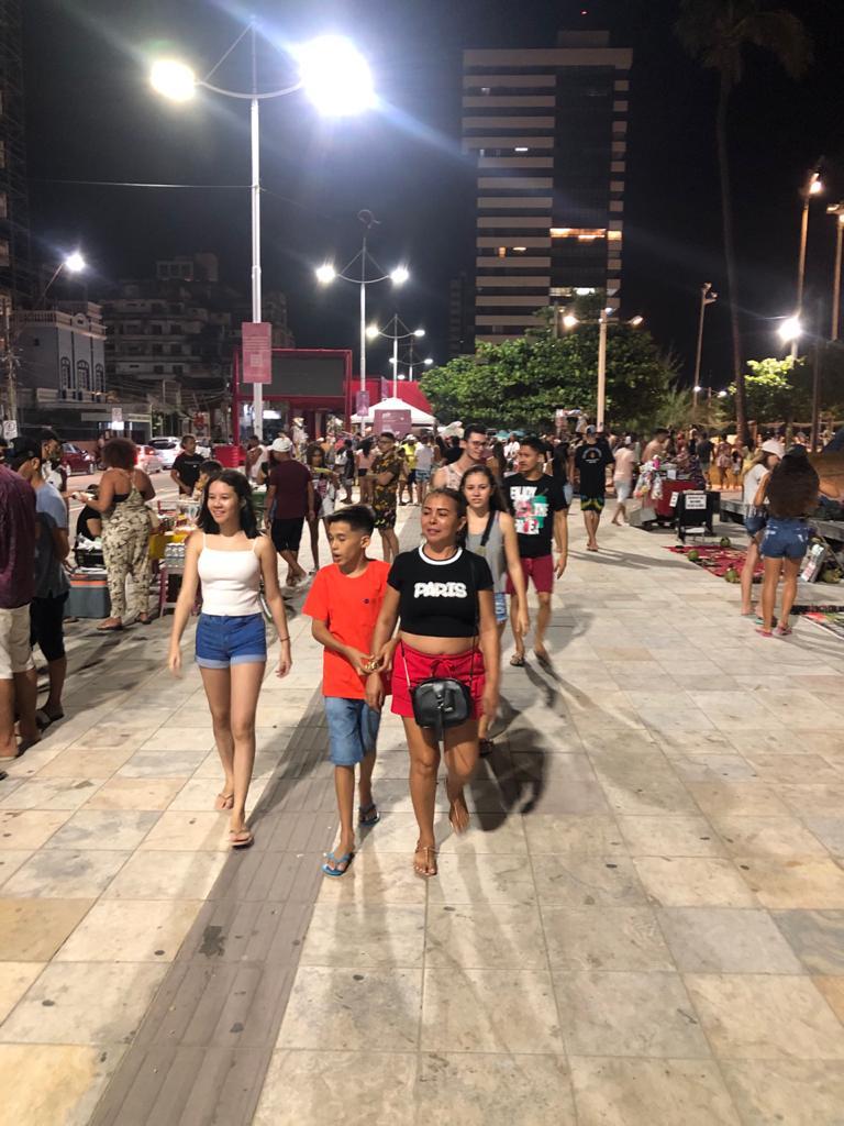 Aglomeração no calçadão da Beira Mar na noite deste domingo, 19 de julho