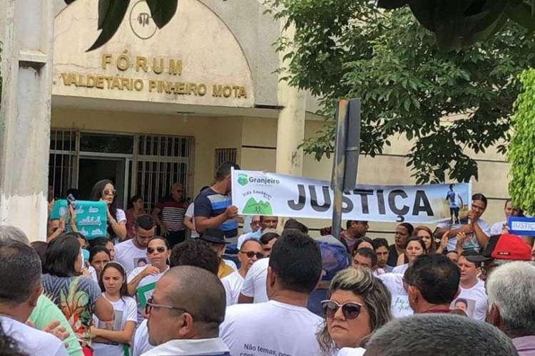 População de granjeiro realiza manifestação marcando um mês da morte do ex-prefeito João do Povo (Foto: João Victor Costa via WhatsApp O POVO)