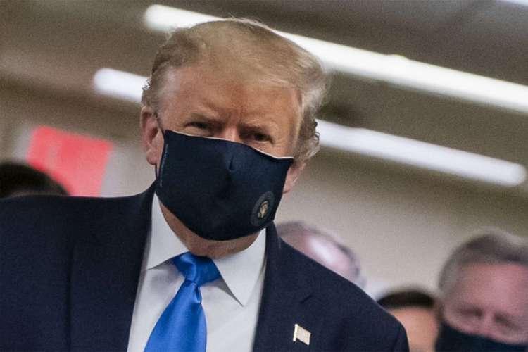 Primeira vez que Donald Trump usou máscara contra o coronavírus em público foi no dia 11 de julho (Foto: ALEX EDELMAN / AFP)