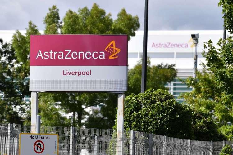 Inglaterra, em 20 de julho de 2020. Uma placa é mostrada do lado de fora da fábrica da AstraZeneca, em Liverpool, no noroeste - O governo britânico já disse que compraria 100 milhões de doses de uma vacina atualmente em teste pela Universidade de Oxford em parceria com a AstraZeneca. (Foto de Paul ELLIS / AFP) (Foto: Paul ELLIS / AFP)
