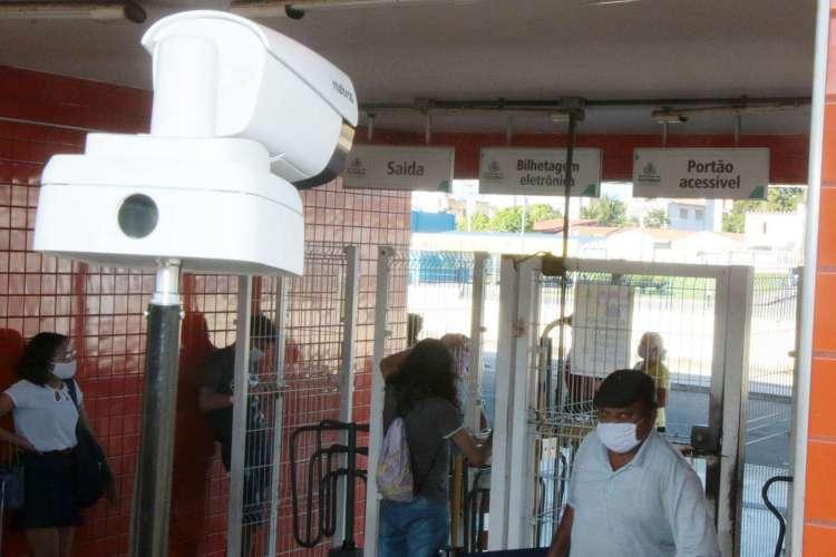 Equipamentos como este, instalado no terminal do Antônio Bezerra, podem detectar pessoas com febre em locais de circulação pública (Foto: Divulgação/Prefeitura de Fortaleza)