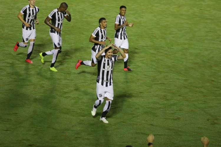 Com gols de Vinicius Vina e Bergson, o Ceará venceu o CRB-AL por 2 a 1 em partida válida pela Copa do Nordeste (Foto: Felipe Santos/cearasc.com)