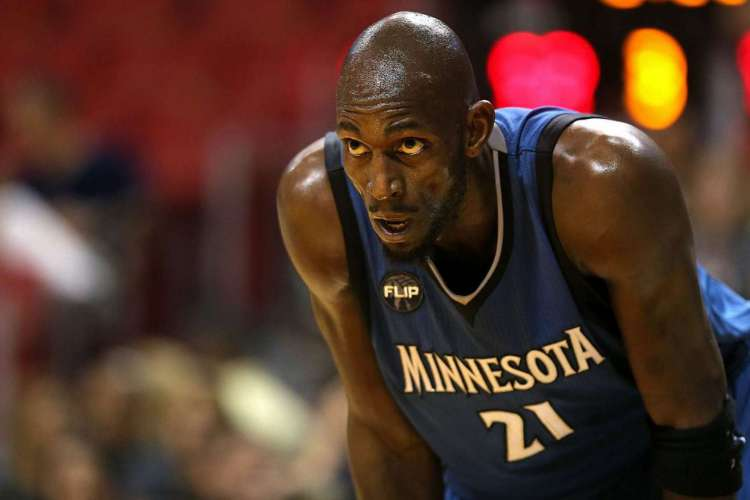 MIAMI, FL - NOVEMBER 17: Kevin Garnett #21 of the Minnesota Timberwolves looks on during a game against the Miami Heat at American Airlines Arena on November 17, 2015 in Miami, Florida. NOTE TO USER: User expressly acknowledges and agrees that, by downloading and/or using this photograph, user is consenting to the terms and conditions of the Getty Images License Agreement. Mandatory copyright notice:   Mike Ehrmann/Getty Images/AFP (Foto: AFP)