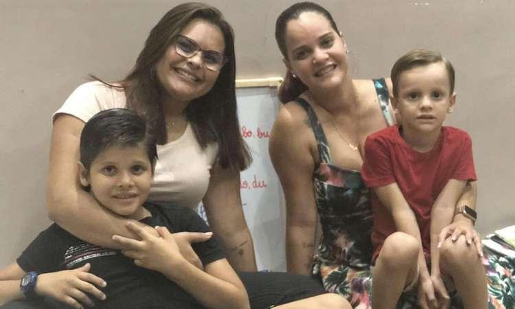 Fortaleza 23 de julho de 2020, Foto da familia de Hanna Aguiar e Ana Paula Chaves, com seus filhos, sobre o ensino hibrido. (Foto Deisa Garcez/Especial para O Povo)