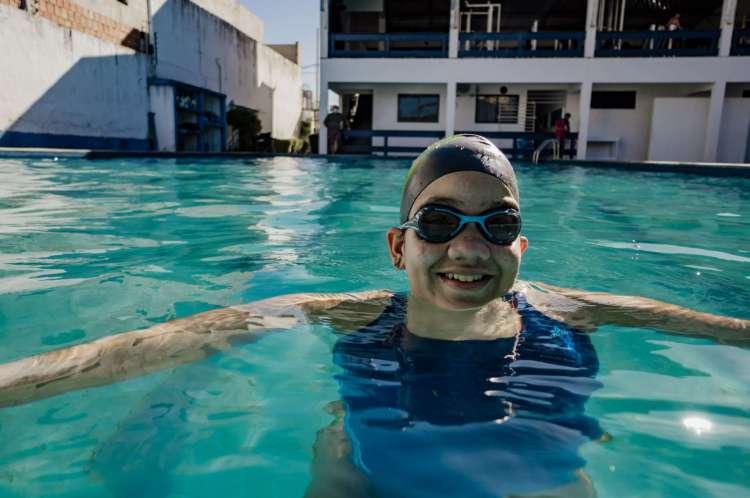 Ana Clara é paratleta e pratica natação