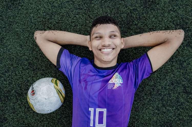 Carlinhos é jogador do futebol de 5 disputado, que é por deficientes visuais