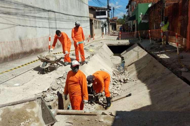 Funcionários da Prefeitura consertam galeria que se abriu no bairro Itaoca.  Foto: Ascom/Secretaria Regional IV (Foto: Foto: Ascom/Secretaria Regional IV)