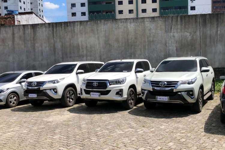 Três carros modelo Hilux foram apreendidos na operação da Polícia Civil. Foto: Ascom/SSPDS (Foto: Foto: Ascom/SSPDS)