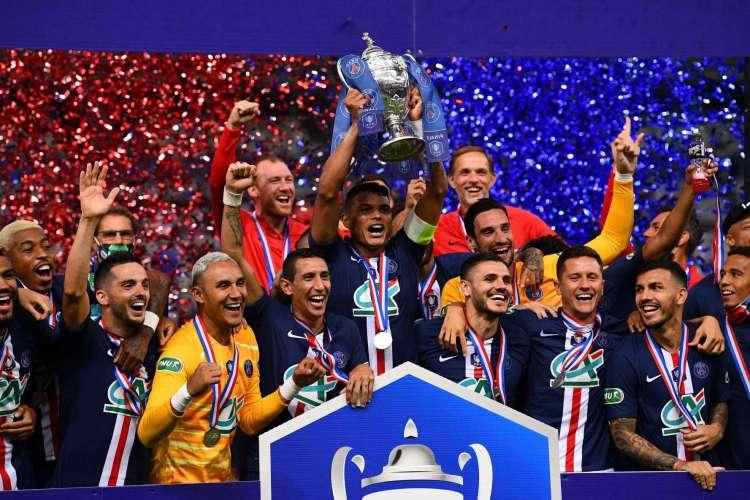 Thiago Silva ergue a taça de campeão da Copa da França (Foto: AFP)