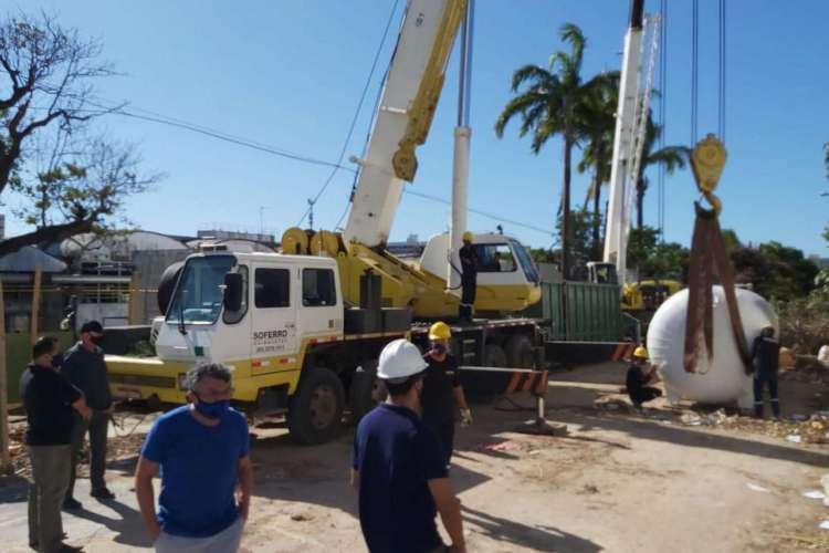 Moradores flagram o momento em que empresa instala novo cilindro (Foto: Divulgação)