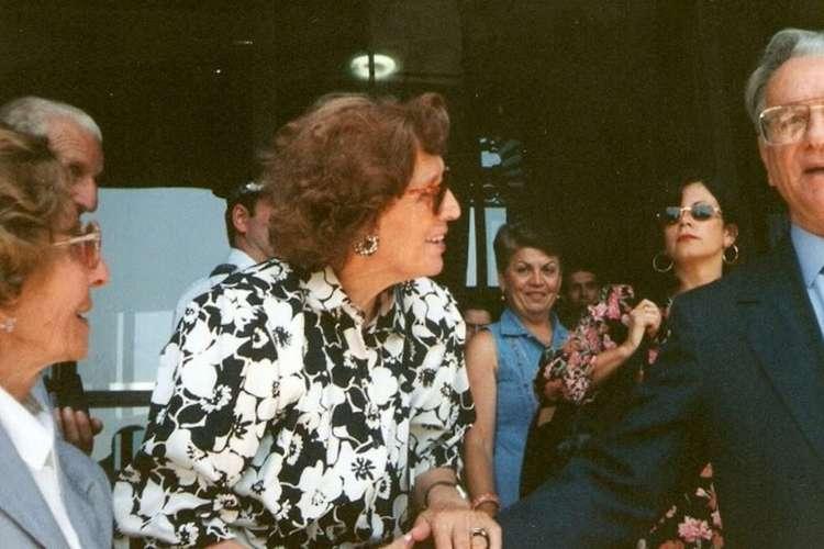 Dona Aninhas veio até o Brasil defender a oficialização do dia 26 de junho como Dia dos Avós. Ela encontrou-se com o então presidente da República, Itamar Franco. (Divulgação/ Revista Mood) (Foto: Divulgação/ Revista Mood)