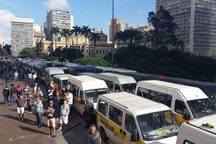 Em 2016, cerca de 500 donos de vans escolares de São Paulo protestaram em São Paulo contra mudanças nas regras da prefeitura. (Foto: Fernanda Cruz/Agência Brasil)