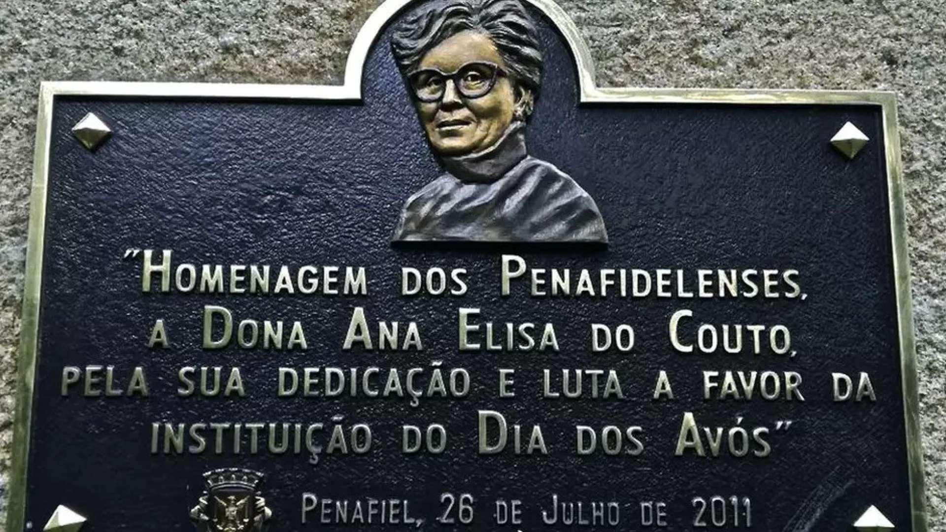 Em uma praça de Penafiel, a comunidade instalou uma placa homenageando dona Aninhas. (Divulgação/Revista Mood)