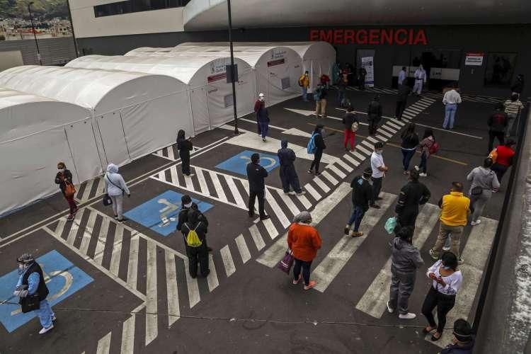 Barraca para triagem respiratória de pacientes com sintomas Covid-19 do lado de fora do Hospital IESS Sur, em Quito (Foto: Cristina Vega RHOR/AFP)