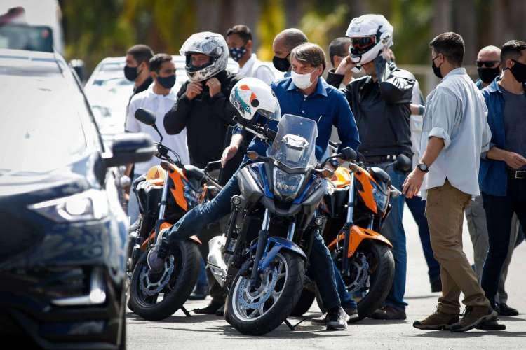 Bolsonaro deu uma volta de moto por Brasília e chegou a formar pequenas aglomerações (Foto: Sergio LIMA / AFP)