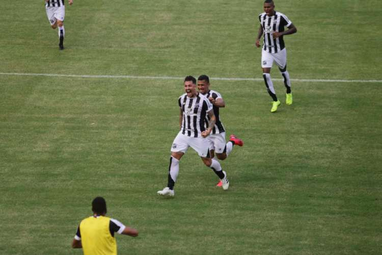 Vina celebra gol de pênalti marcado sobre o Vitória-BA (Foto: Felipe Santos/Ceará/Divulgação)