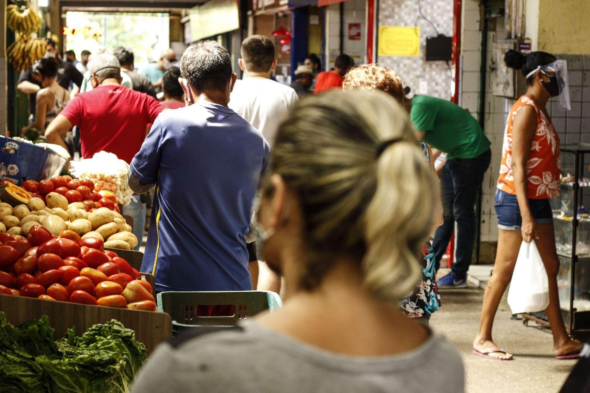 FORTALEZA, CE, 25/07/2020: Movimentacao de consumidores e trabalhadores no Mercado São Sebastiao. Nas entradas de passageiro esta sendo feita medicao de temperatura, higienizacao com alcool em spray; porem a movimentacao no inteiror do mercado e intensa, com grande fluxo de pessoas. Centro, Fortaleza. (BARBARA MOIRA/ O POVO)