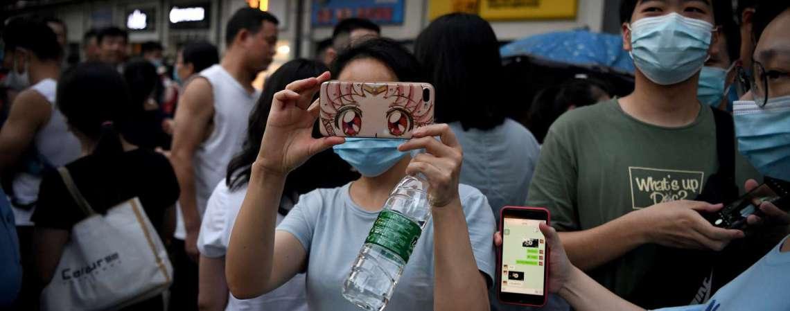 Pessoas fazendo fotos de fora do consulado dos EUA em Chengdu, província de Sichuan, sudoeste da China, em 26 de julho de 2020 (Foto: Noel Celis / AFP)