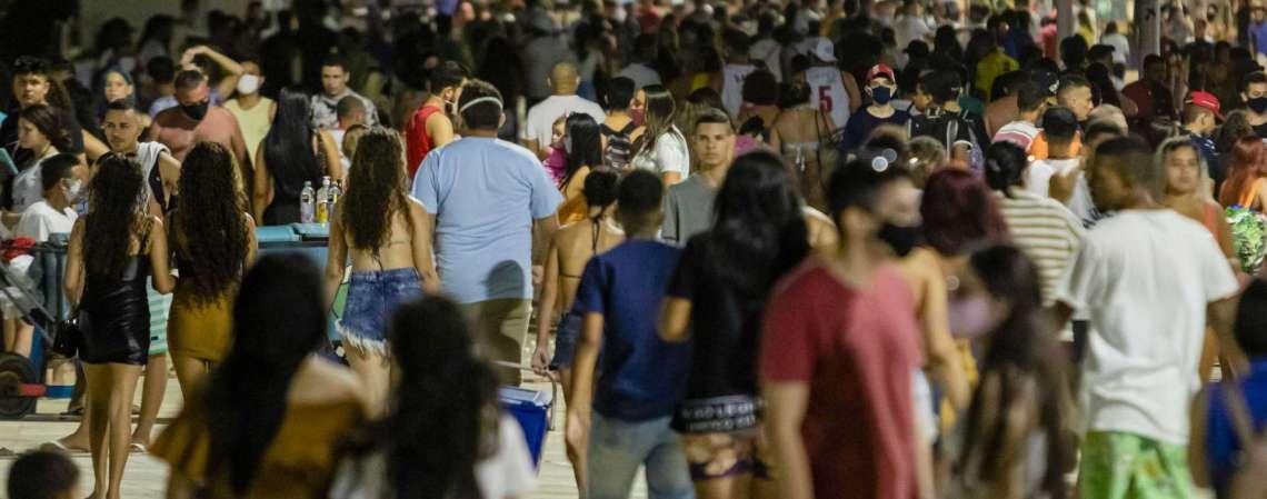 Movimentação na Praia de Iracema tem sido intensa desde julho, com avanço da reabertura (Foto: Aurelio Alves/ O POVO)