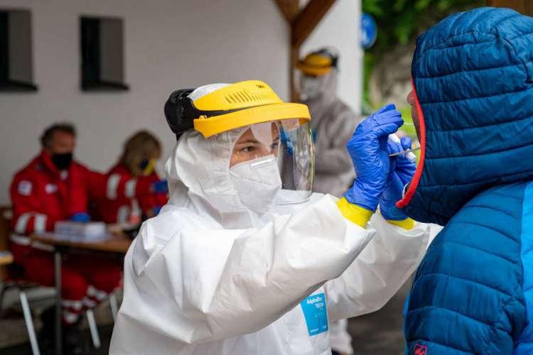 Testes do noco coronavírus no escritório da Cruz Vermelha em St Wolfgang, Áustria       (Foto: AFP)