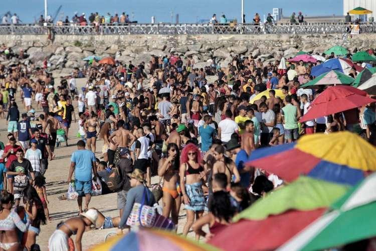 Aglomeração na Praia dos Crush (Foto: Aurélio Alves)