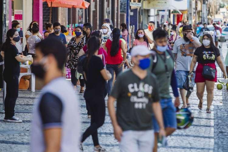 FORTALEZA-CE, BRASIL, 15-07-2020: Movimentação de pessoas no centro da cidade e na Praça do Ferreira, com grande movimentação de carros e motos, em epoca de COVID-19. (Foto: Aurélio Alves / O Povo) (Foto: Aurélio Alves)