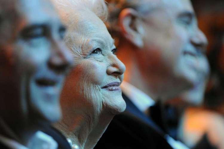Foto de 26 de fevereiro de 2011, a atriz norte-americana Olivia de Havilland participa da 36ª cerimônia de premiação Cesar no teatro Chatelet em Paris.  (Foto: BERTRAND GUAY/AFP)