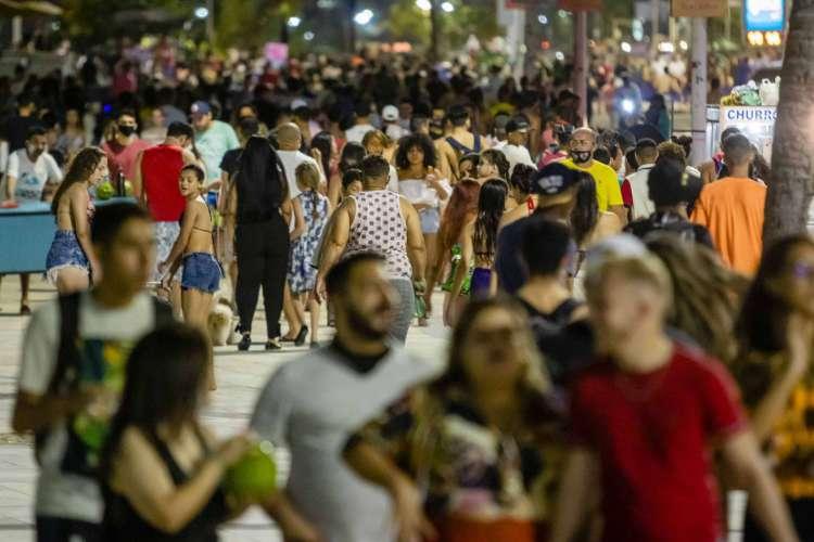 Entre os dias 20 e 23 de agosto 2.061 pessoas foram abordadas por agentes de fiscalização e 24 foram multadas por descumprirem a lei de uso obrigatória de máscaras no Ceará (Foto: Aurelio Alves/ O POVO)