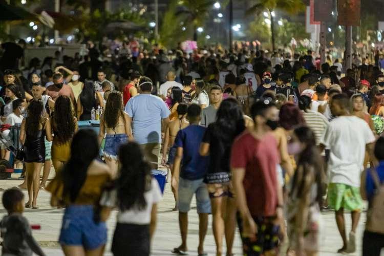 Movimentação na Praia de Iracema tem sido intensa desde julho, com avanço da reabertura; no local, muitos não utilizam a máscara de proteção individual. (Foto: Aurelio Alves/ O POVO)