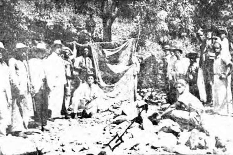 Local onde morreu Lampião. Ao centro, o local da barraca de Virgolino. Cadáver de Lampião estava ainda ali, sem a cabeça. A direta na imagem, mascada por uma cruz preta, o repórter do O POVO, Gil Prata. Publicada em 15 de agosto de 1938