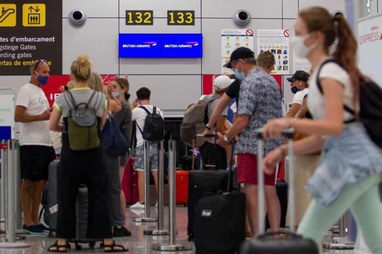 Turistas britânicos esperam para fazer o check-in para um voo para Londres no aeroporto de Palma de Maiorca em 27 de julho de 2020     (Foto: JAIME REINA / AFP)