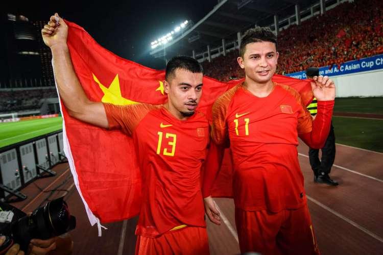 Elkeson (camisa 11) defende a Seleção da China desde o ano passado (Foto: STR / AFP)