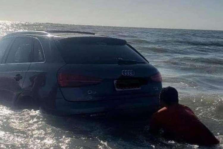 Um vídeo que circula nas redes sociais mostra que a maré cobriu parcialmente os veículos (Foto: Reprodução/Twitter)