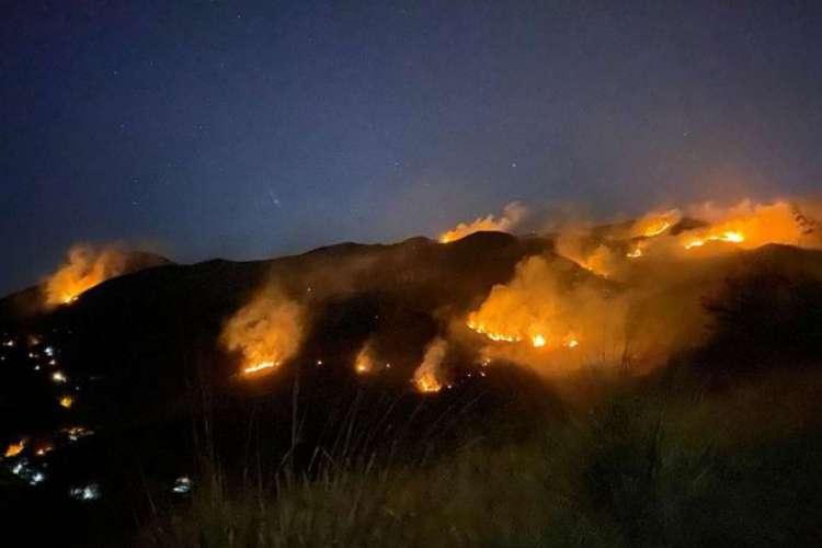 Reserva Biológica Estadual de Araras é atingida por incêndio, após homem incendiar o próprio carro em busca do valor do seguro do veículo (Foto: Divulgação/Corpo de Bombeiros do RJ)
