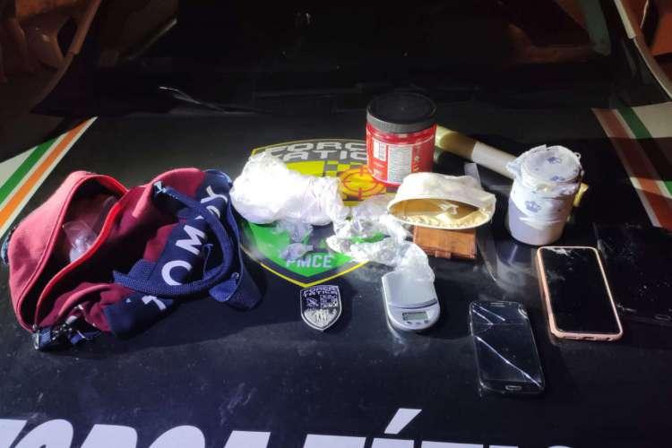O material foi encontrado em uma residência no bairro Henrique Jorge. Três pessoas foram presas em flagrante por tráfico de drogas.  Foto: Ascom/SSPDS (Foto: Ascom/SSPDS)