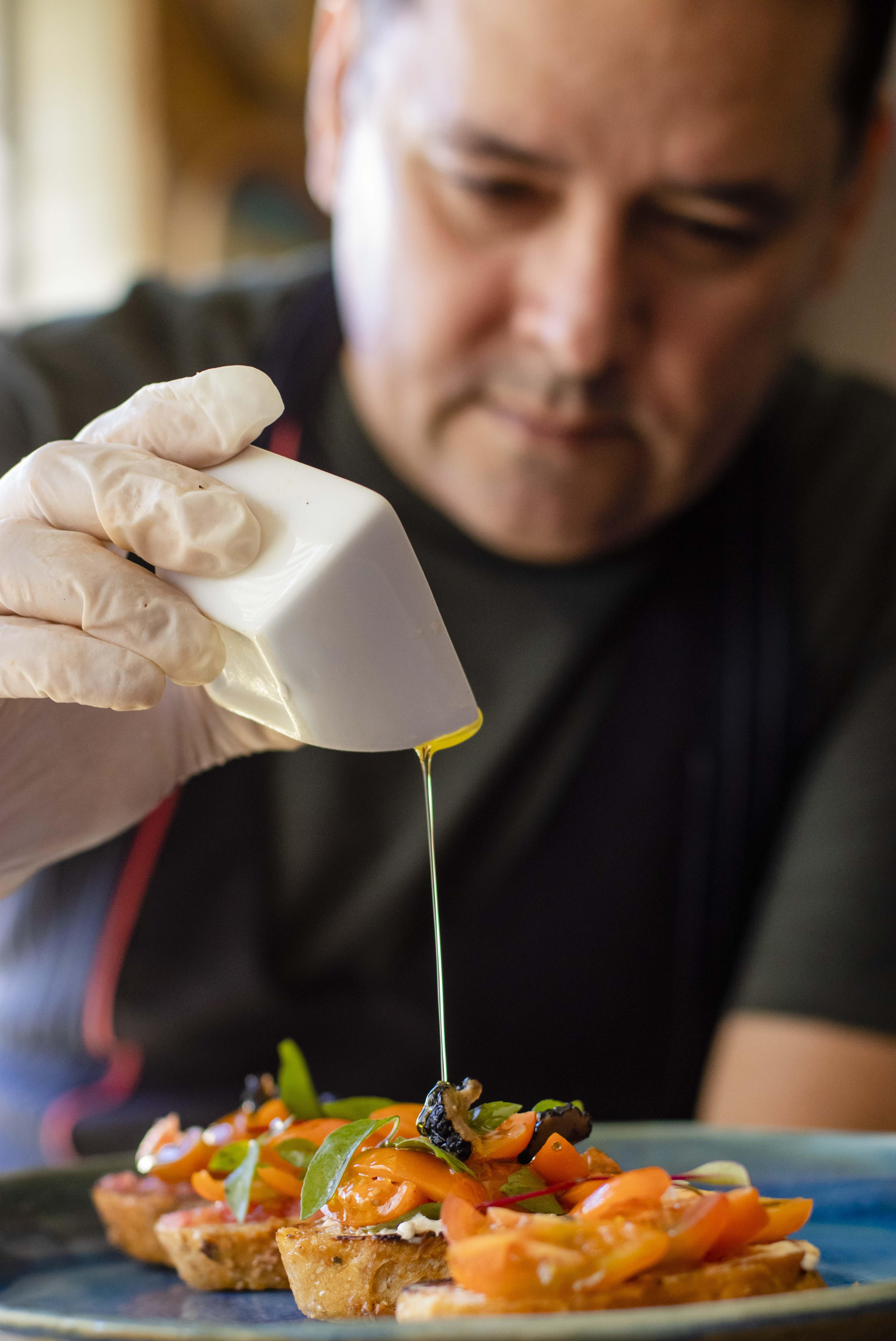 Chef Edi Costa, Chef de cozinha e professor de gastronomia, fez uma receita de bruschettas em casa, em época de covid-19. (Foto: Aurélio Alves / O Povo)